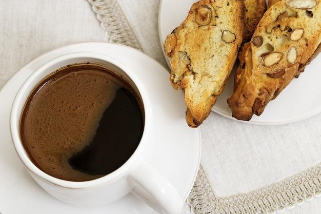 コーヒーカップとテーブルの上のクッキー