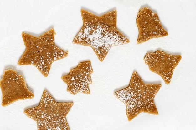 白い背景の上のジンジャーブレッドクッキー
