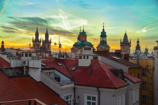 Красивый закат над крышами