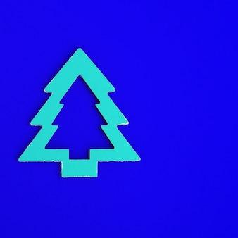 青い紙の背景に木製の木