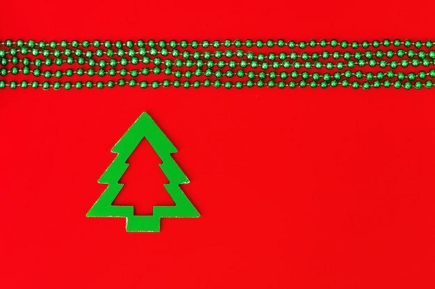 木製の木と赤い背景のガーランド