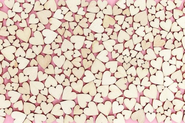 Поверхность из множества маленьких деревянных сердечек