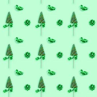 Узор из леденцов в форме елки на зеленой поверхности