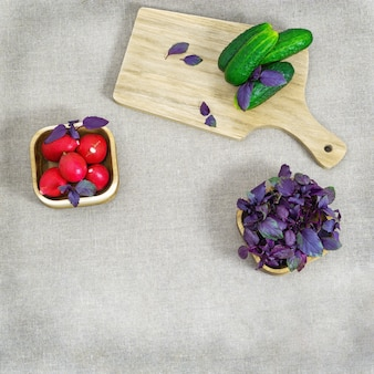 テーブルクロスのテーブルの上の新鮮な野菜