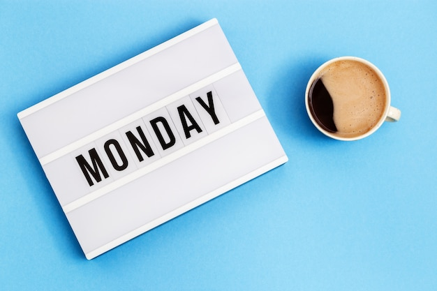 Текст понедельник на лайтбоксе и чашка черного кофе