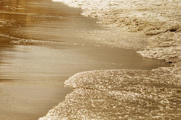 海の上の黄金の夕日
