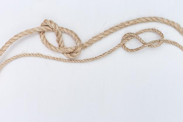白い木製の背景に船のロープ