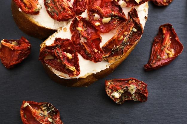 サンドライトマトとソフトチーズを使った伝統的なイタリアの前菜のブルスケッタ。