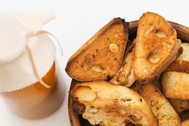 木製のボウルにナッツとイタリアのドライクッキーカンタッチまたはビスコッティ
