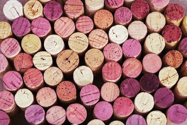 赤と白ワインから明るいワインのコルク栓の背景。