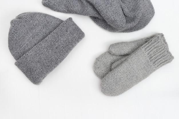 暖かい冬の婦人服、ニットミトン、ニット帽、ニットスカーフ。