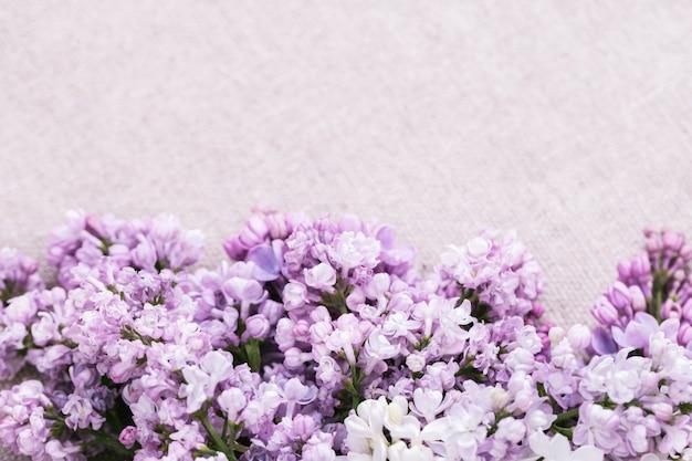 コピースペースとライラックから装飾的な花の境界線。