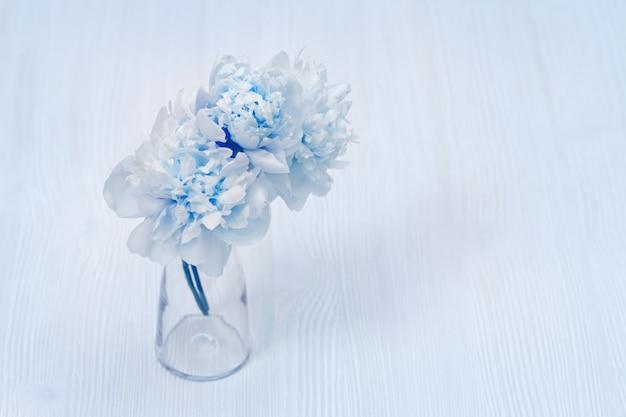 花瓶に美しい青い牡丹の花
