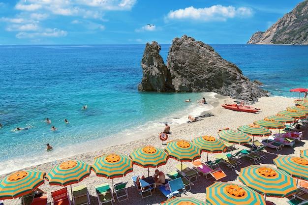 イタリアのチンクエテッレ公園の美しいビーチ人気のある観光小さな町モンテロッソ。