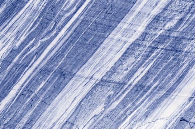 背景の青のパターンの大理石の石