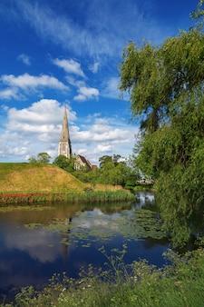 Англиканская церковь св. албана, в местном масштабе часто называемая просто английской церковью, является англиканской церковью. это достопримечательность копенгагена, дания. готическое возрождение, архитектурный стиль.