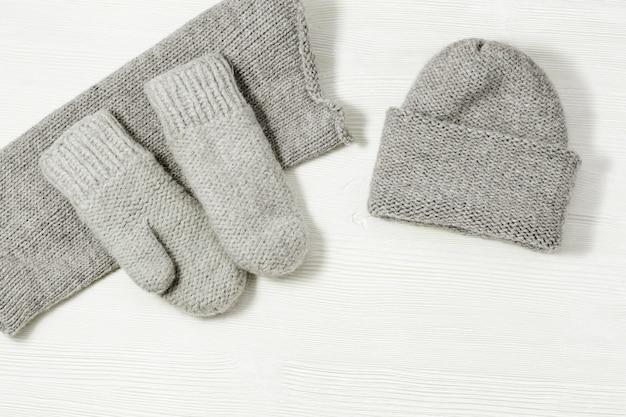 ウールのニット服、ウールの帽子、ミトン、スカーフ。