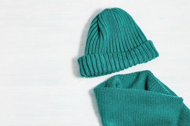 暖かい冬の婦人服、ニット帽子、ニットスカーフからフラットレイアウト。