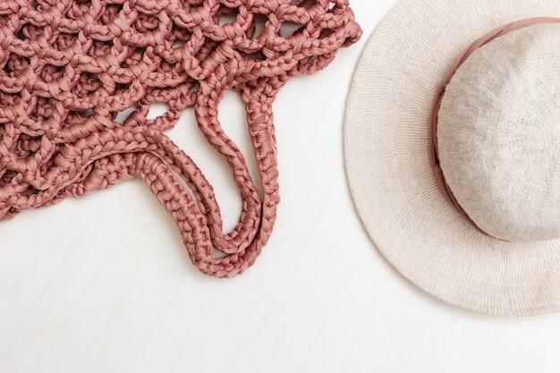 Туристические объекты путешествия, шляпа для женщины и стильная сумка на светлом столе.