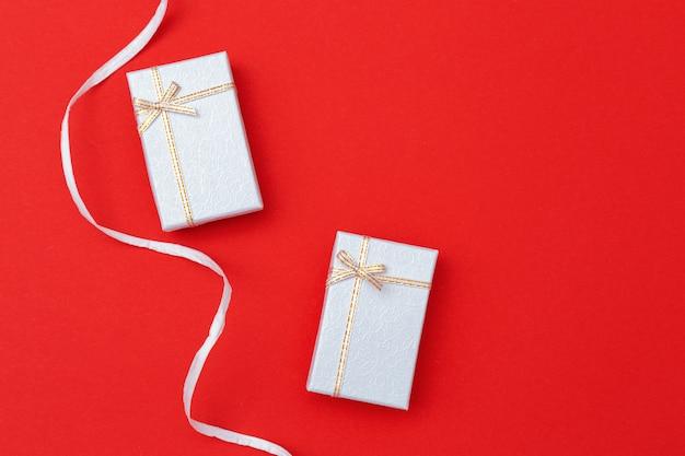 お祝い包装。休日の概念。閉じた銀の箱。