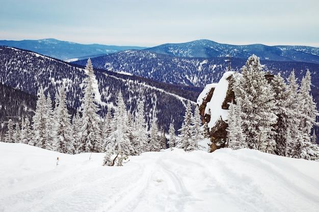 ロシア、シベリアのシェレゲシュスキーリゾートのスキー場。山の風景。