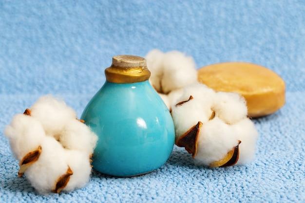 綿の花、小さなセラミックボトル、丸い石鹸の花。スパ。