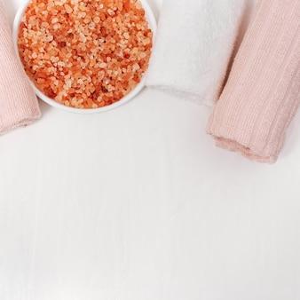 巻いたバスタオルと入浴用のアロマシーソルト。スパのテーマ。