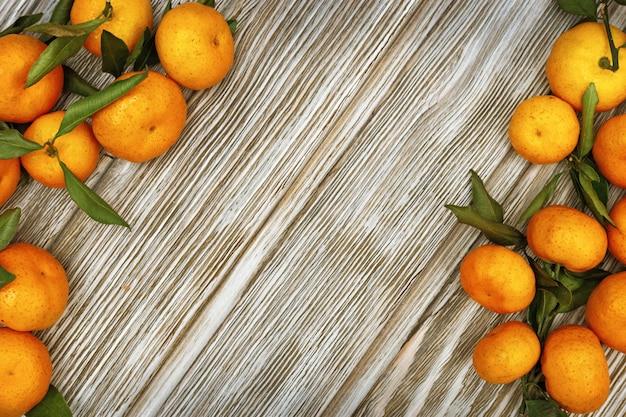 熟したマンダリンフルーツと木製の背景。