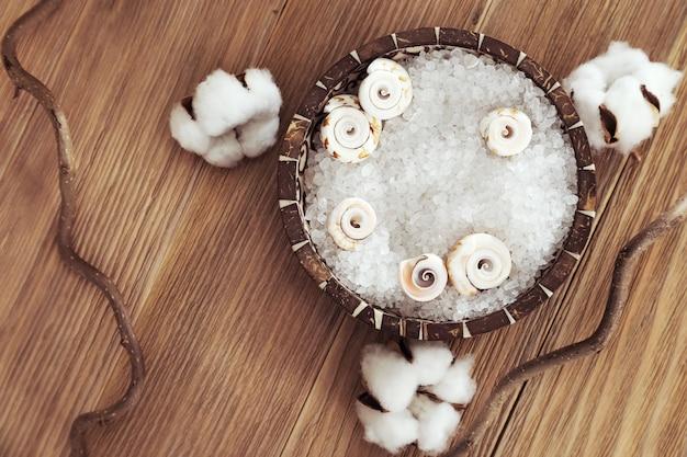 風呂用の茶色のボウルに芳香族海塩