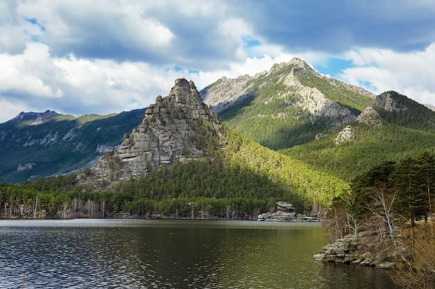 湖と美しい山