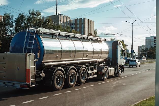 燃料を輸送する自動車燃料タンカー