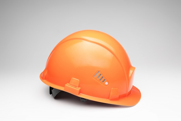 オレンジ色のヘルメット建築、建設、工学、デザインの概念。スペースをコピーします。