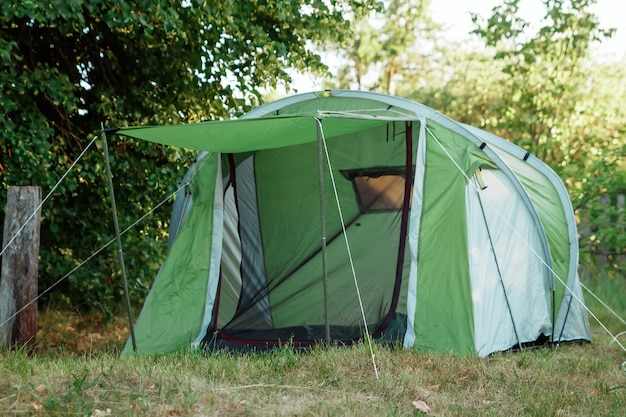 Палатка в осеннем лесу, дом для приключений и путешествий