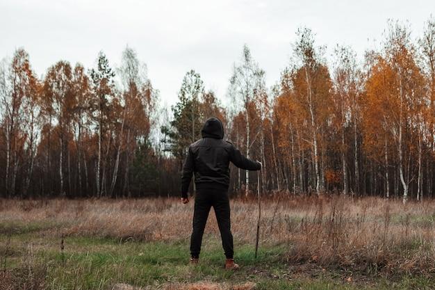 男、男、自然、森、秋。