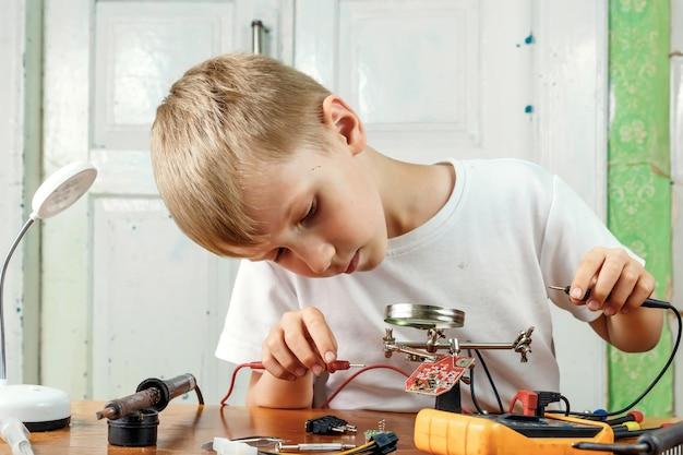 Ребенок ремотирует микросхему.