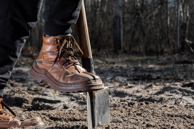 ブーツとシャベルのクローズアップ
