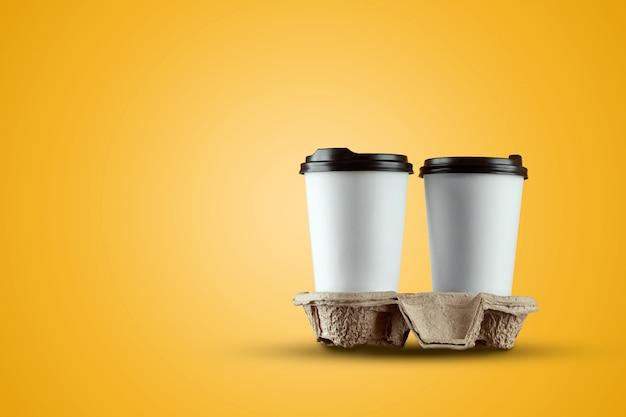 Бумага белая чашка кофе, изолированных на желтом фоне