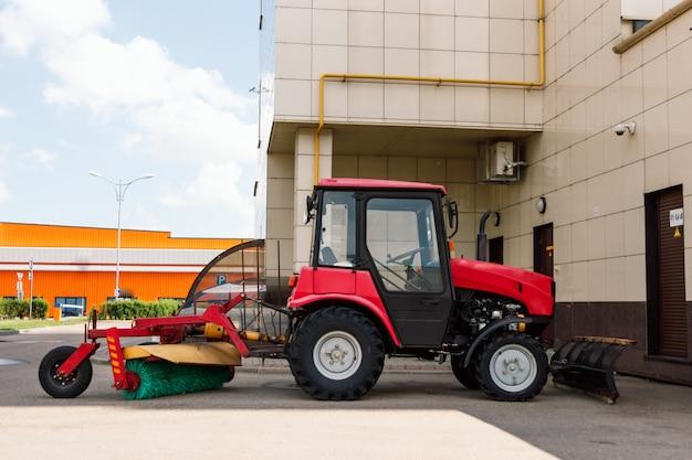 播種用の土地を準備するトラクターの農家。