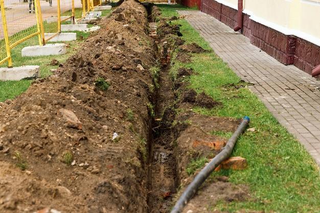 Прокладка трубочного шланга для транспортировки воды. под землей
