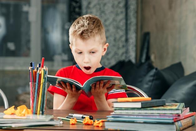 学校で宿題をしている男の子。