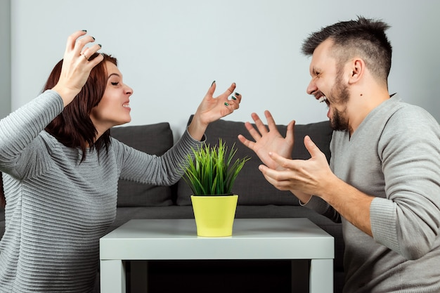 夫と妻がお互いに叫ぶ、クローズアップ。家族の口論
