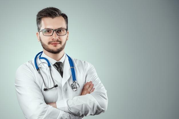 男は、聴診器で白いコートを着た医者