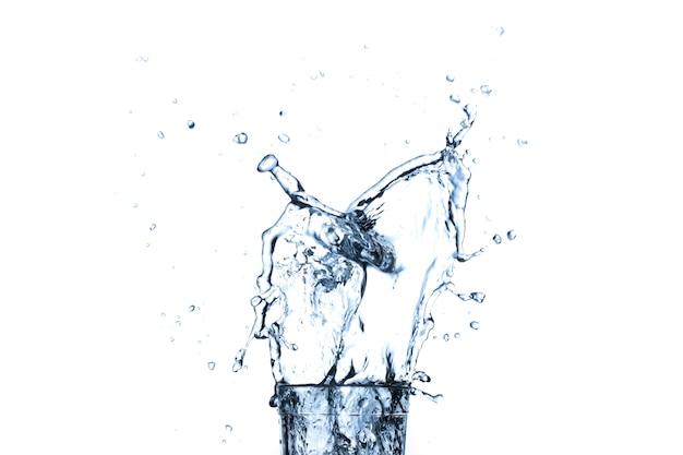 白で隔離されるガラスの水のしぶき