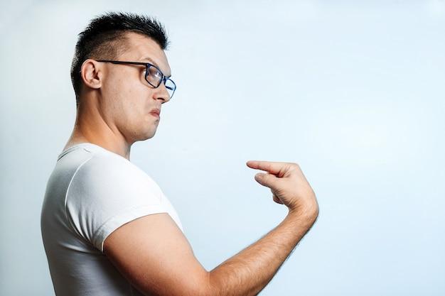 自分自身に指を見せて明るい背景に男の肖像、それは私です。