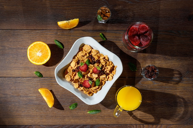 Утренний завтрак из кукурузных хлопьев и фруктов
