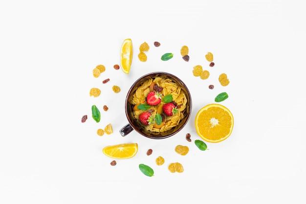 Завтрак из кукурузных хлопьев и фруктов