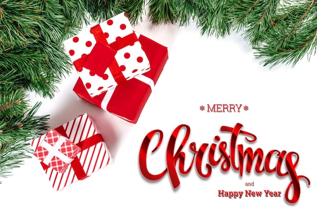 Надпись с рождеством, зеленая ель и подарки на белом. рождественская открытка, праздничный фон. смешанная техника.