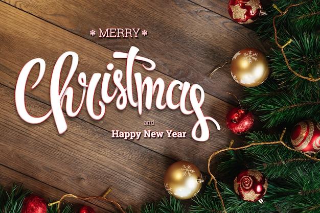 メリークリスマス、緑のトウヒ、木製の茶色のテーブルにチョッピングの枝の碑文。クリスマスカード、休日。混合メディア。