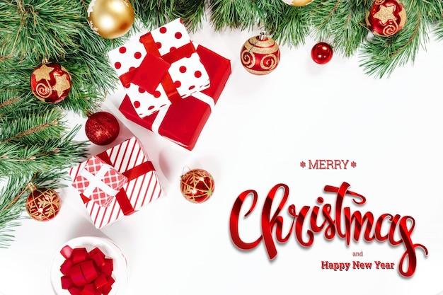 メリークリスマス、緑のトウヒ、おもちゃ、白の贈り物の碑文。クリスマスカード、お祭りの背景。混合メディア。