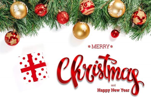 Надпись с рождеством, зеленая ель, игрушки и подарки на белом. рождественская открытка, праздничный фон. смешанная техника.